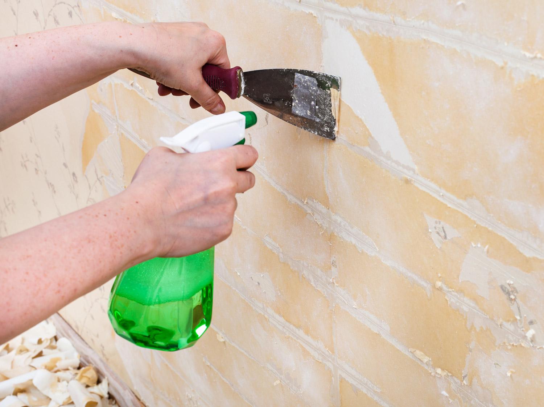 Usuwanie tapety ze ściany - metoda na mokro