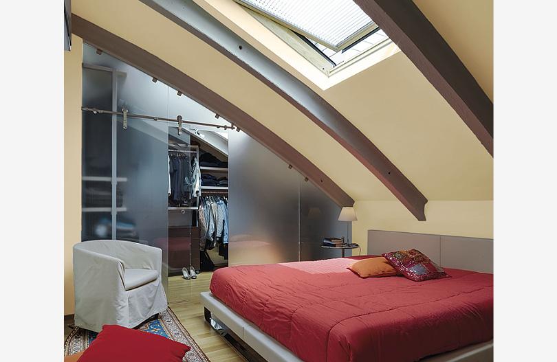 Garderoba na poddaszu z oknem i miejscem do spania min.jpg