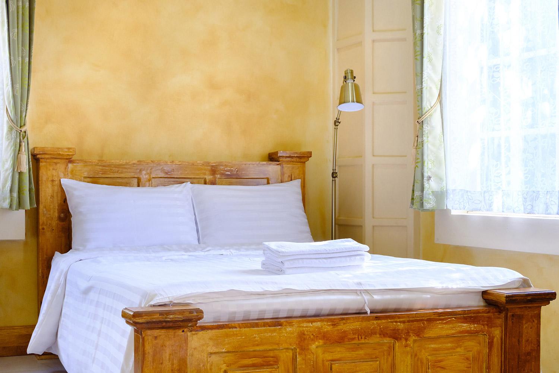 Toskańska sypialnia w stylu rustykalnym