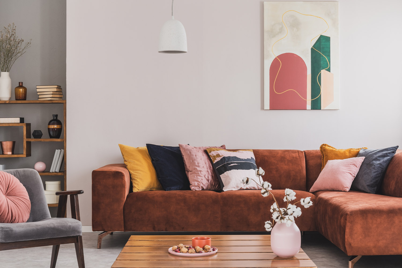 Salon z brązową kanapą – pomysł na ściany