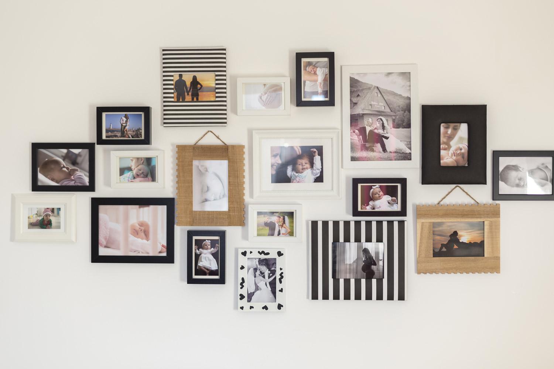 Kolekcja ramek do zdjęć utrzymana w ciemnych tonacjach