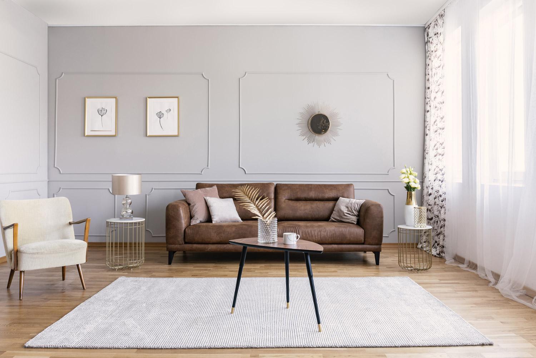 Najlepsze aranżacje z brązową kanapą w salonie