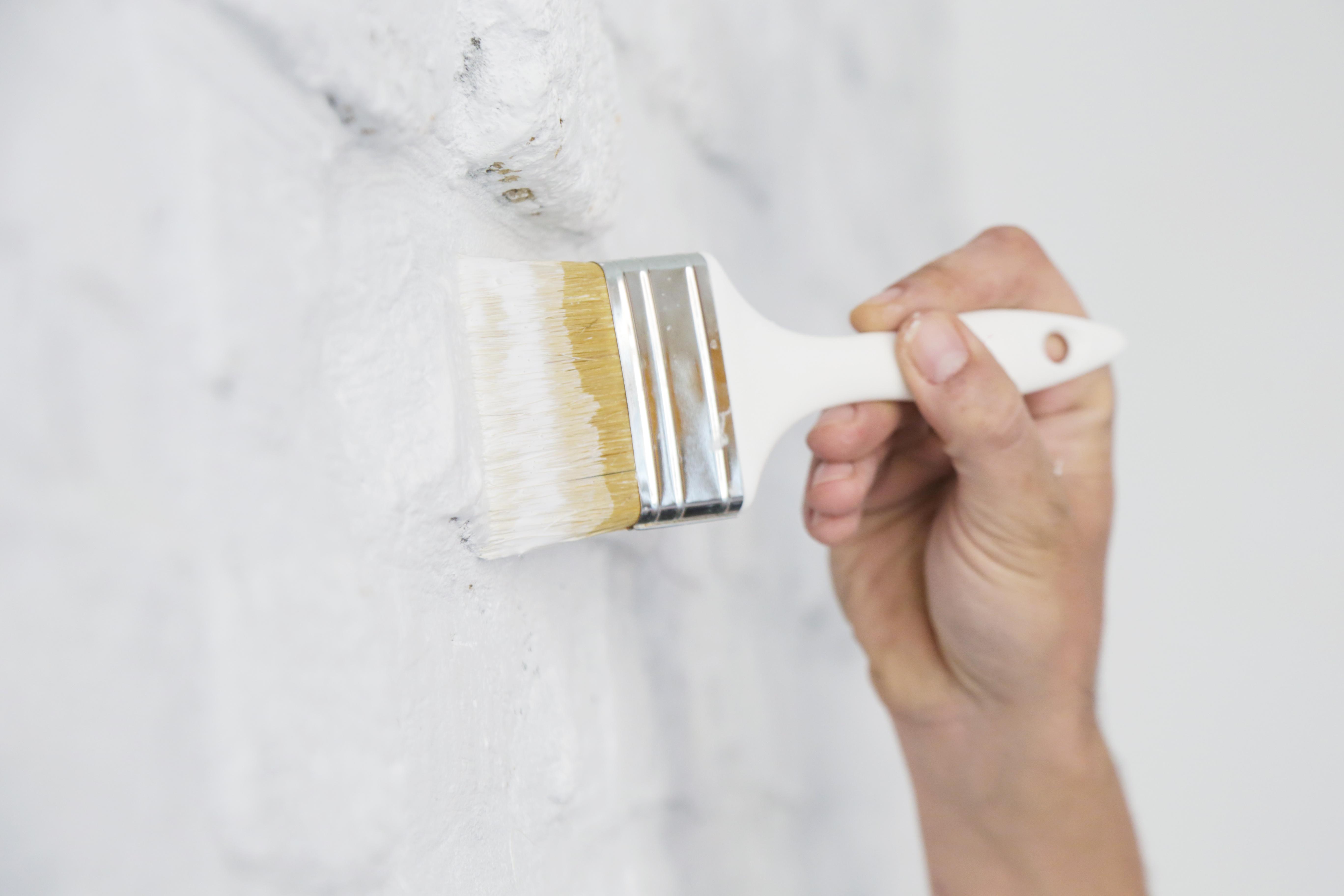 Efekt ombre na ścianie - malowanie pędzlem