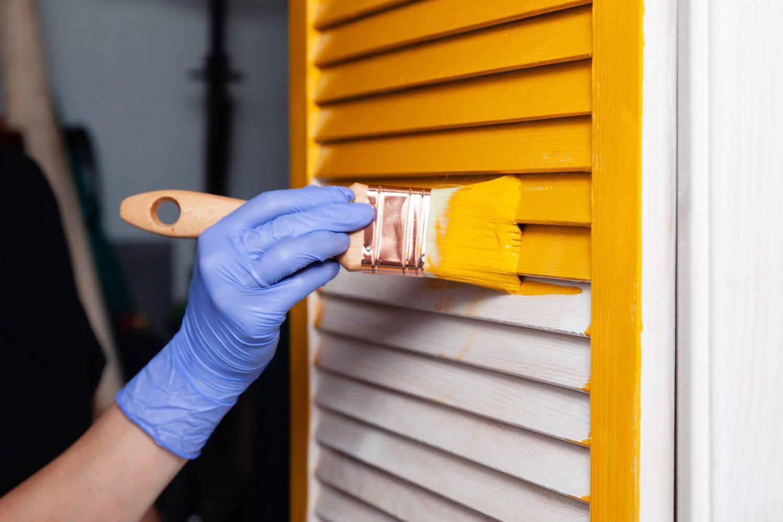 Malowanie okiennic farbą do drewna