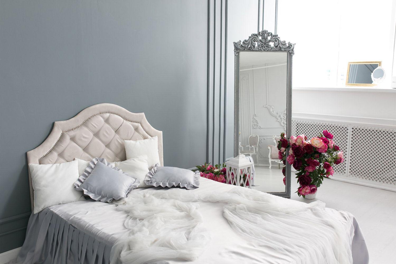 Ściany w sypialni – kolory powiększające pokój