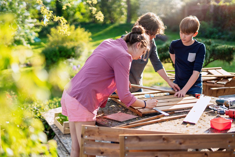Drewniane wiatraki ogrodowe – jak zrobić i jak zabezpieczyć?