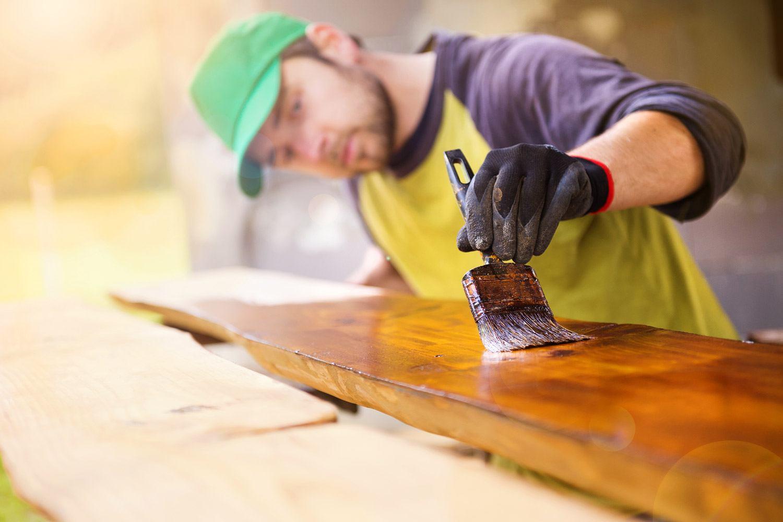 Malowanie lakierobejcą do drewna