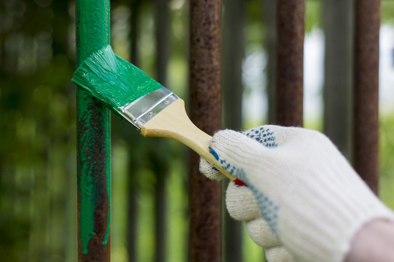 Malowanie metalowych prętów zieloną farbą