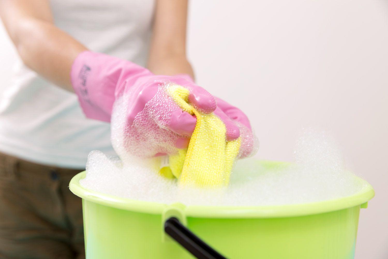 Mycie sufitu przed malowaniem