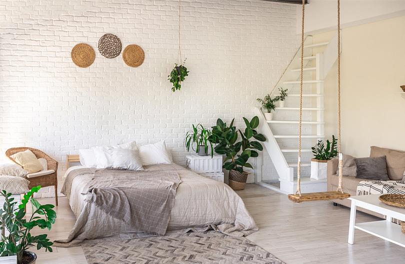 Sypialnia w salonie - jak urządzić pokój dzienny z dużym łóżkiem min.jpg