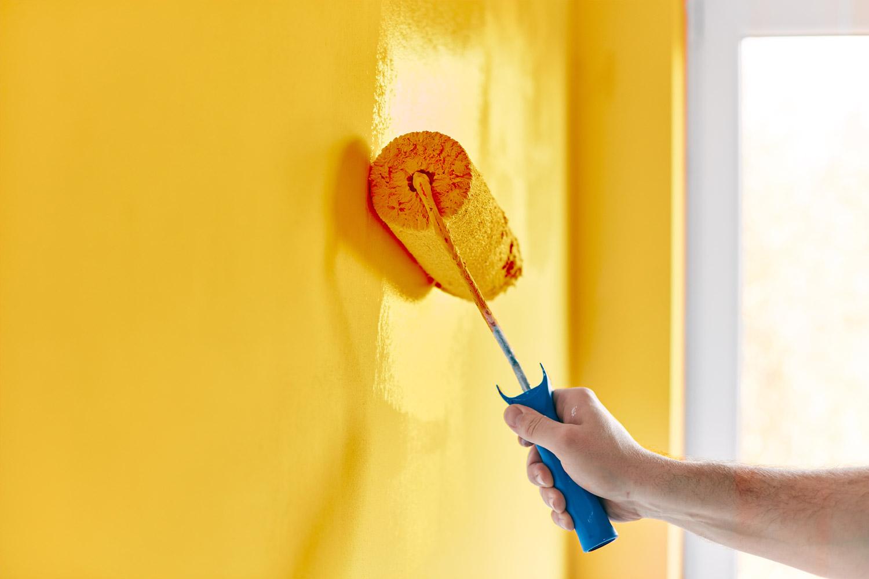 Malowanie ściany żółtą farbą