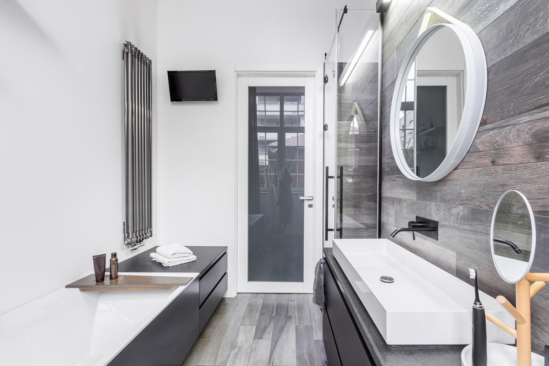 Tania łazienka bez płytek – jak wybrać farbę do ścian?