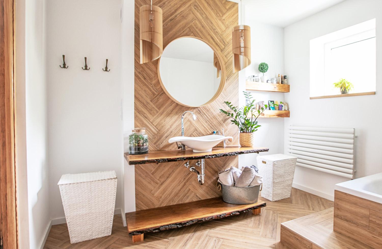 Biała łazienka z imitacją drewna
