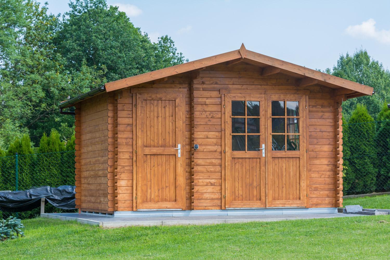 Zabezpieczamy drewno w małym domku na działce