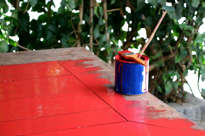 Malowanie stołu czerwoną farbą