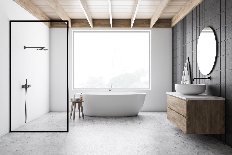 Minimalistyczna biała łazienka z drewnianym stropem